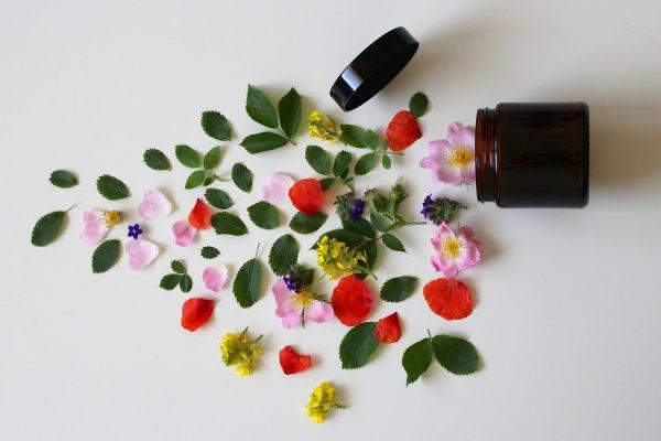 Co kryje się w twoim kosmetyku? Dobre i złe składniki produktów do pielęgnacji i makijażu