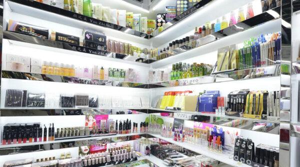 Kupujemy kosmetyki, czyli na co zwrócić uwagę przy wyborze produktów do pielęgnacji i makijażu