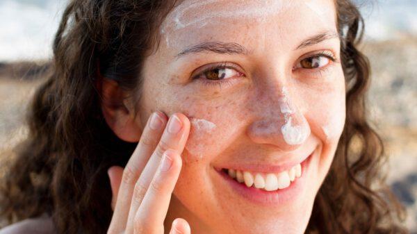 Jak chronić twarz przed słońcem, czyli nakładamy krem z filtrem UV!