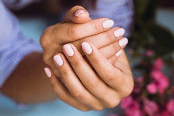 Manicure hybrydowy w domu (instrukcja krok po kroku)